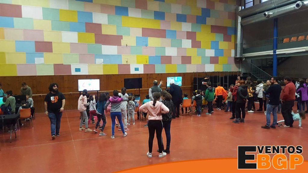 Niños jugando en el pueblo de Tauste (Aragon), evento de Videojuegos y Alquiler de Realidad Virtual en Navidad.