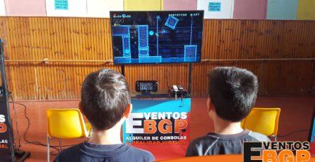 Niños jugando en el pueblo de Tauste (Aragon), evento de Videojuegos y Alquiler de Realidad Virtual.