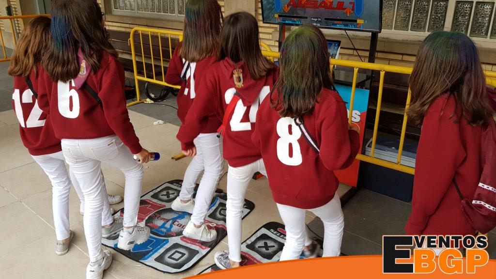 Chicas bailando con nuestros DANCE PAD en una actividad con videojuegos
