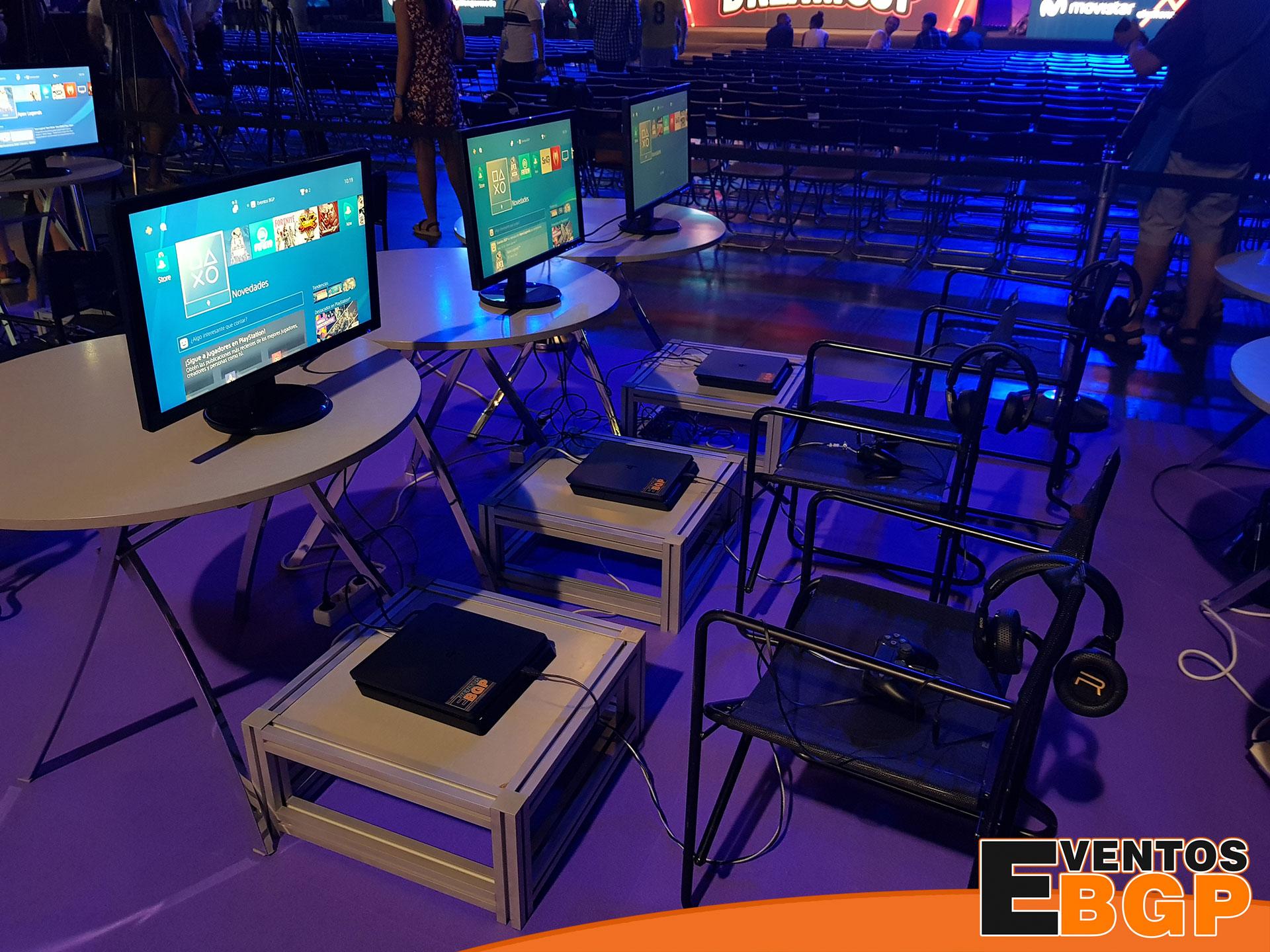 Consolas PS4 en una actividad con videojuegos