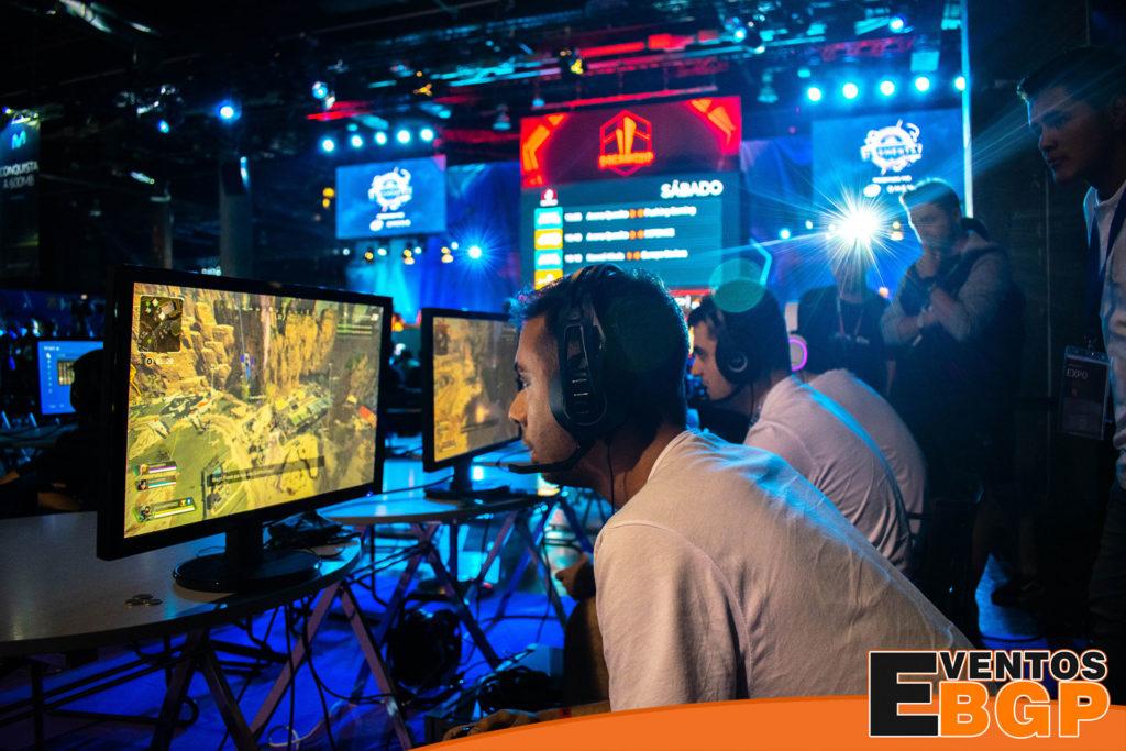 Fotografía de Gamer jugando a PlayStation 4