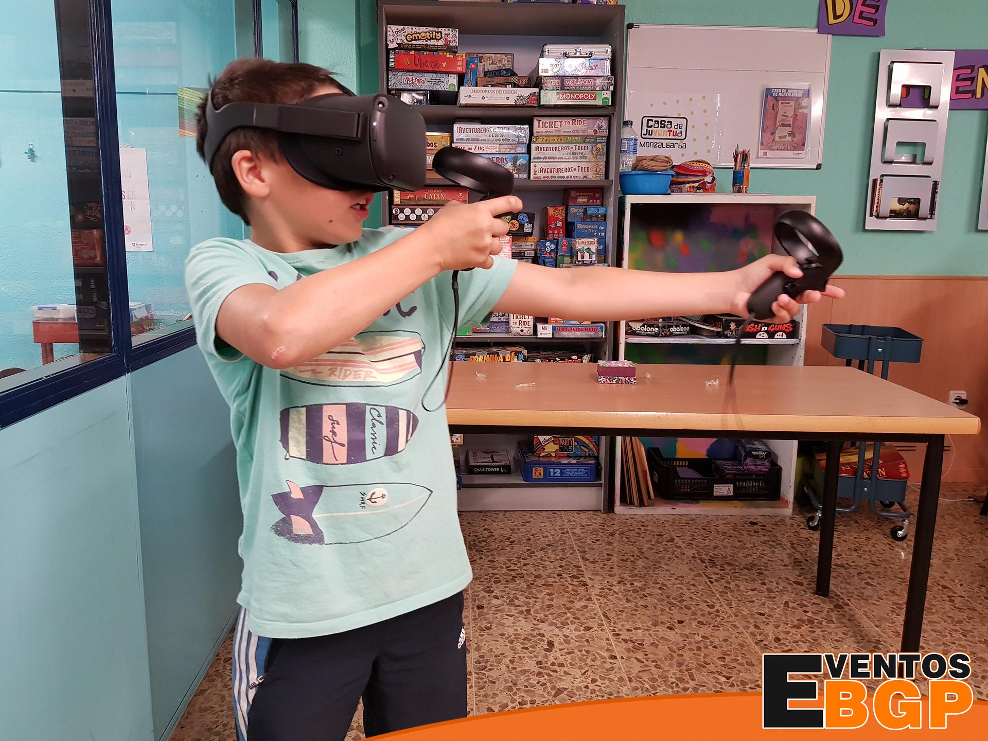 Niño jugando a Oculus Quest