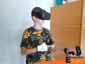 Joven con la mano rota jugando a Oculus Quest