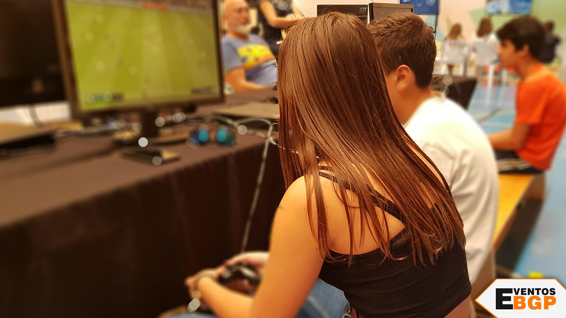 Niña jugando a FIFA 2019 en el evento de Zamora
